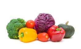 Pomodori, peperoni, broccoli, zucca e cavolo rosso isolati sopra Fotografie Stock