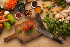 Pomodori per la cottura dell'alimento vegetariano sano Immagini Stock