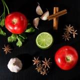 Pomodori, prezzemolo, cannella, calce, anice stellato ed aglio Immagini Stock