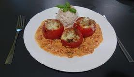 Pomodori riempiti con riso fotografie stock