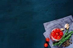 Pomodori rossi con gli ingredienti freschi Fotografia Stock Libera da Diritti
