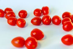 pomodori rossi freschi isolati sui precedenti bianchi fotografia stock libera da diritti