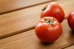 Pomodori rossi freschi su una tavola di legno immagini stock libere da diritti