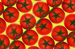 Pomodori rossi su backround giallo Immagini Stock Libere da Diritti