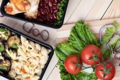 Pomodori rossi su lattuga con le fette della cipolla, micro verdi per tempo del pranzo immagine stock libera da diritti