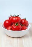 Pomodori rossi sugosi in una ciotola fotografie stock libere da diritti