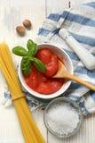 Pomodori sbucciati italiano nella ciotola bianca immagine stock libera da diritti