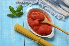 Pomodori sbucciati italiano nella ciotola bianca fotografia stock libera da diritti