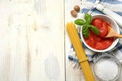 Pomodori sbucciati italiano nella ciotola bianca immagini stock libere da diritti