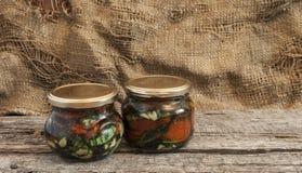 Pomodori seccati al sole con le erbe e l'olio d'oliva in barattolo Immagine Stock Libera da Diritti