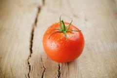 Pomodori su fondo di legno Immagini Stock Libere da Diritti