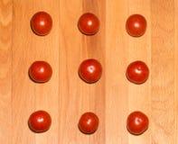 Pomodori su un bordo di legno Fotografie Stock Libere da Diritti