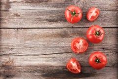 Pomodori su un bordo di legno immagini stock libere da diritti