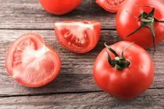 Pomodori su un bordo di legno fotografie stock