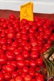 Pomodori su un contatore del negozio Fotografia Stock Libera da Diritti