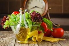 Pomodori succosi, spinaci, lattuga e molti generi di pasta italiana Fotografie Stock Libere da Diritti