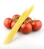 Pomodori sugosi con pasta immagine stock