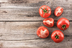 Pomodori sul bordo di legno immagini stock libere da diritti
