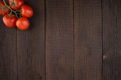 Pomodori sulla vecchia tavola di legno Immagini Stock