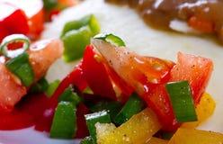 Pomodori un'insalata del pepe al pranzo Fotografia Stock