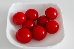 Pomodori in un piatto immagini stock