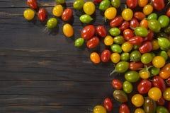 Pomodorini sul tavolo di legno Imagenes de archivo