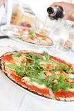 Pomodoro пиццы с зелеными цветами Стоковые Изображения