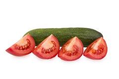 Pomodoro affettato ed intero cetriolo Fotografie Stock