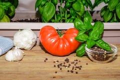 Pomodoro, basilico ed ingredienti freschi dell'aglio Fotografia Stock