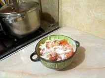 Pomodoro, cetriolo, insalata fresca della cipolla con maionese fotografia stock