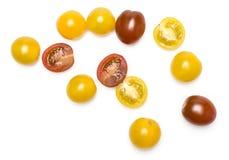 Pomodoro ciliegia misto fresco di colore isolato su bianco Fotografia Stock