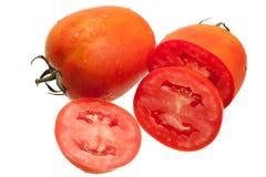 Pomodoro con le goccioline di acqua isolate su fondo bianco Fotografia Stock