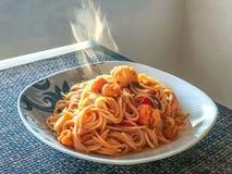 Pomodoro degli spaghetti con carne di maiale croccante fotografie stock libere da diritti