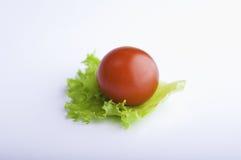 Pomodoro di ciliegia sul foglio dell'insalata Fotografia Stock Libera da Diritti