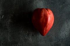 Pomodoro di cimelio del cuore del toro organico su Backg di legno scuro rustico Fotografia Stock Libera da Diritti