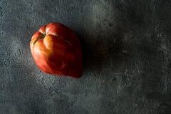 Pomodoro di cimelio del cuore del toro organico su Backg di legno scuro rustico Immagini Stock Libere da Diritti