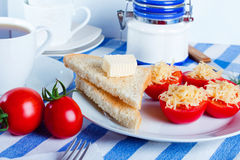 Pomodoro e formaggio con i pani tostati immagini stock