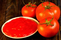 Pomodoro e ketchup rossi, alimento popolare Il pomodoro è alimento saporito e sano Il pomodoro nella cottura è insalate, succo, s fotografie stock libere da diritti