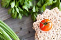 Pomodoro e pane croccante Fotografia Stock Libera da Diritti