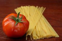 Pomodoro e pasta cruda Fotografie Stock Libere da Diritti