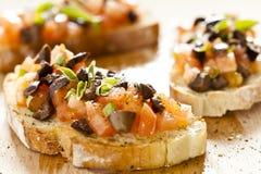 Pomodoro ed olive Bruschetta Fotografia Stock Libera da Diritti