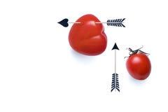 Pomodoro in forma di cuore penetrante con la freccia di stuzzicadenti Fotografia Stock Libera da Diritti