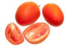 Pomodoro fresco con la gocciolina di acqua isolata su bianco Fotografia Stock