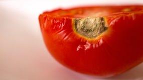 Pomodoro fresco diviso in due sulla tavola Fotografia Stock Libera da Diritti