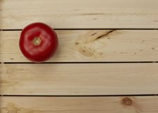 Pomodoro fresco sul ripiano del tavolo di legno Fotografia Stock Libera da Diritti