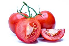 Pomodoro isolato Pezzi di pomodori freschi del taglio fotografia stock libera da diritti