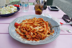 Pomodoro italiano della pasta alimentare in caffè della via fotografie stock libere da diritti