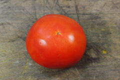 Pomodoro rosso su una struttura di legno Fotografie Stock