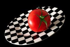 Pomodoro su una zolla di scacchi Fotografia Stock Libera da Diritti
