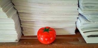 Pomodoro-Timer im Hintergrund von Papierbeschaffenheiten häufte an stockfotos